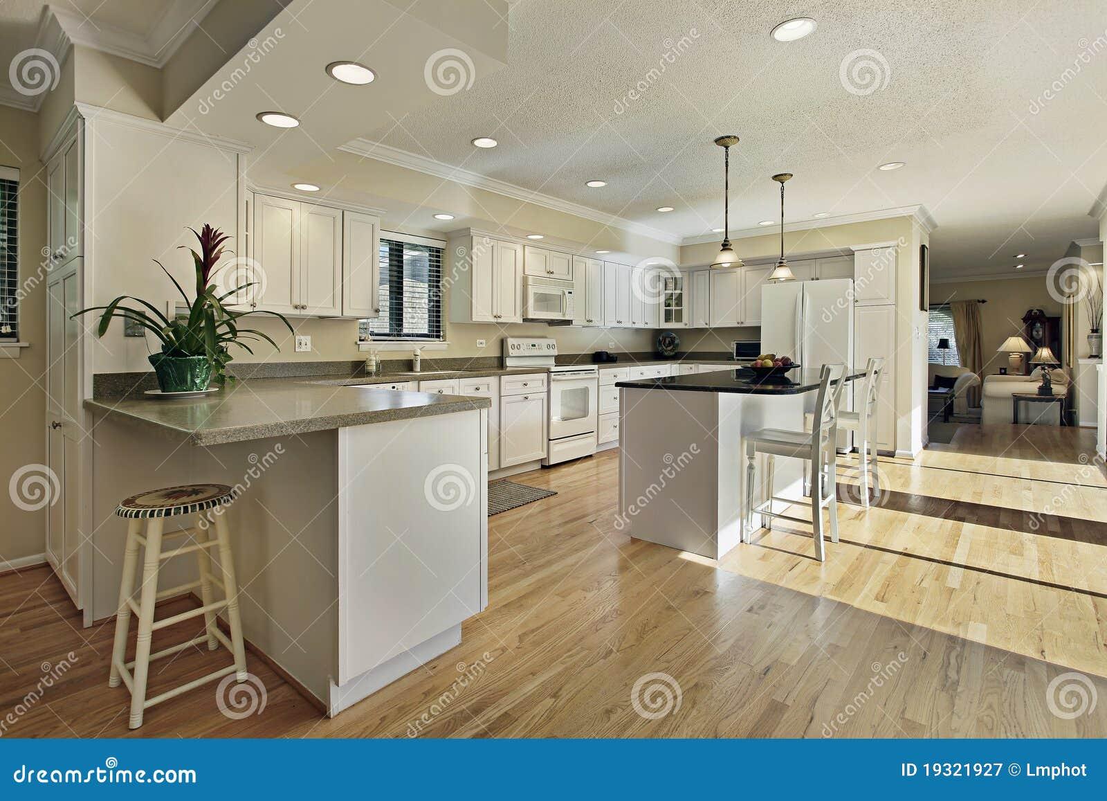 Grote keuken met de bovenkant van het granieteiland royalty vrije stock fotografie afbeelding - Keuken met teller ...