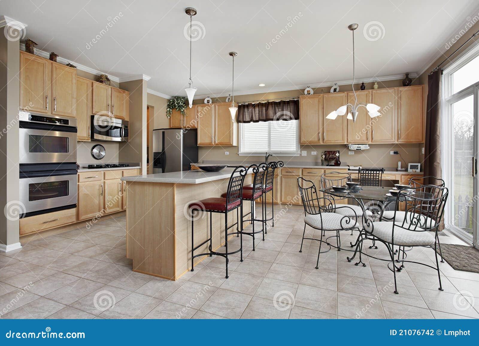 Keuken met gele muren royalty vrije stock foto's   afbeelding ...