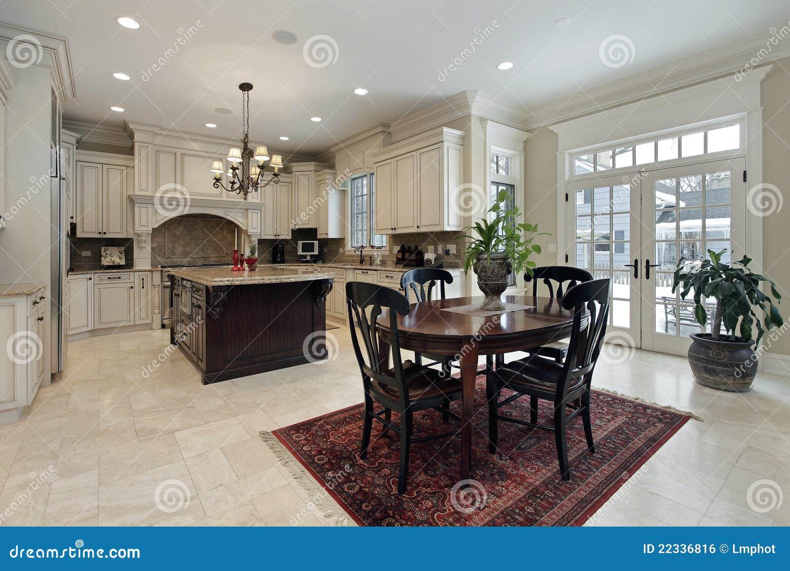 Grote keuken met eiland royalty vrije stock afbeelding afbeelding 22336816 - Eiland maaltijd ...
