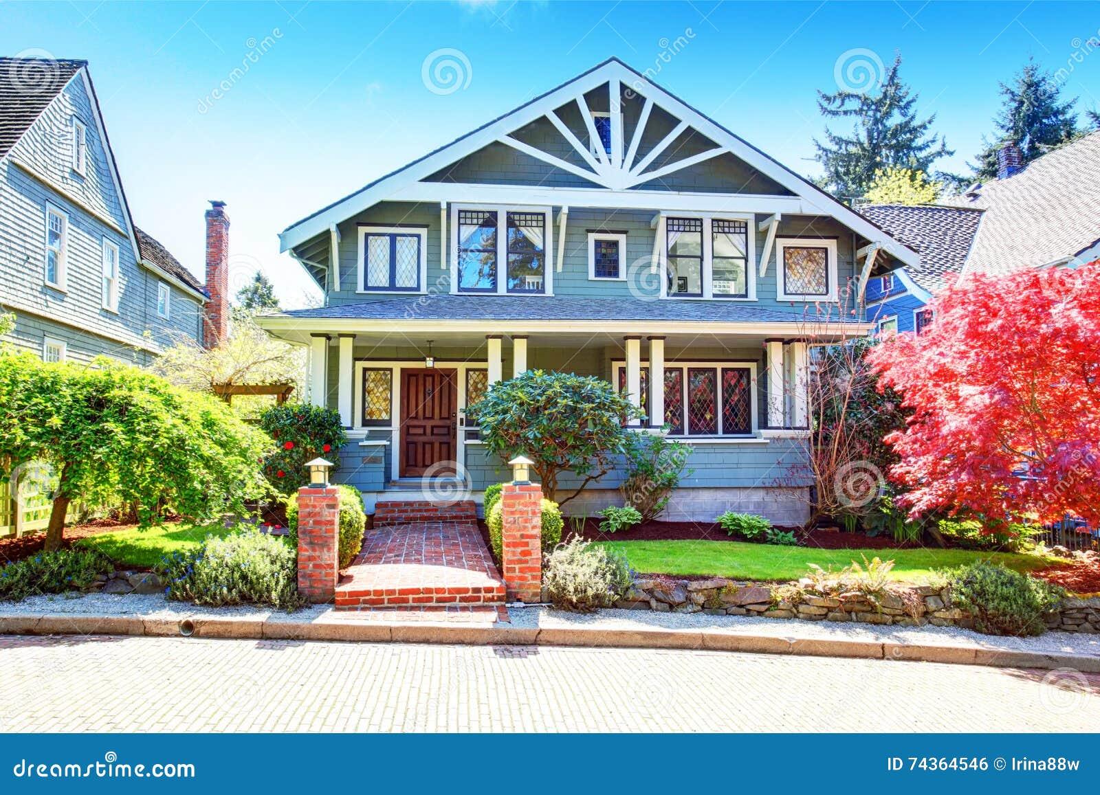 Grote klassieke Amerikaanse het huisbuitenkant van de luxe blauwe vakman