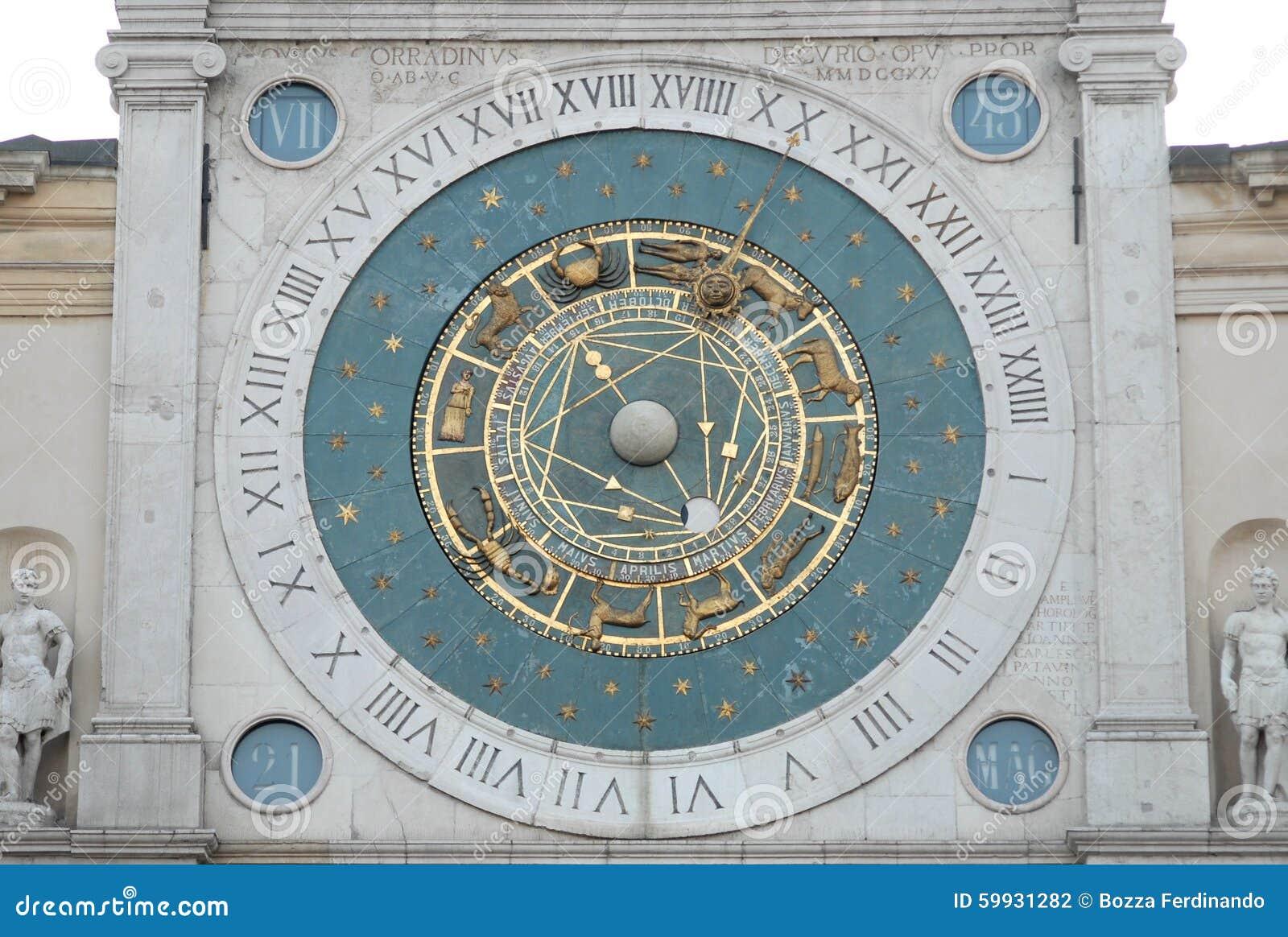 Grote klok in Piazza dei Signori in Padua in Veneto (Italië)