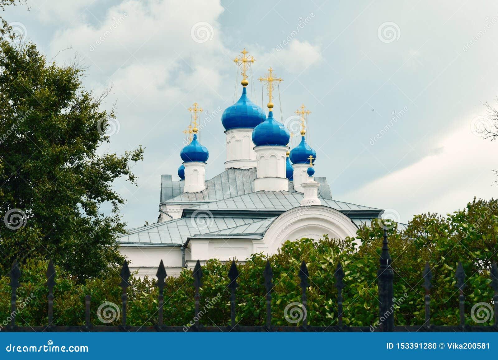 Grote klokketoren en koepels in Kerk