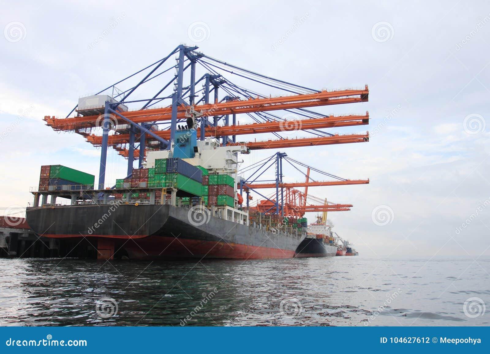Download Grote Kraan Voor Het Laden En Het Leegmaken Stock Foto - Afbeelding bestaande uit globaal, apparatuur: 104627612