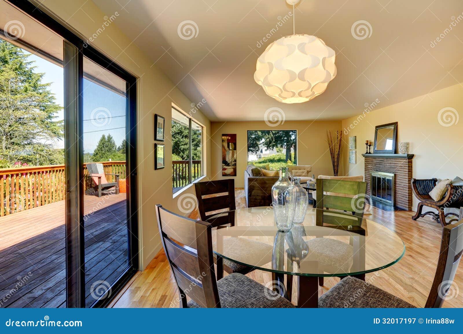 Grote lange woonkamer met eetkamerlijst, balkon en open haard ...