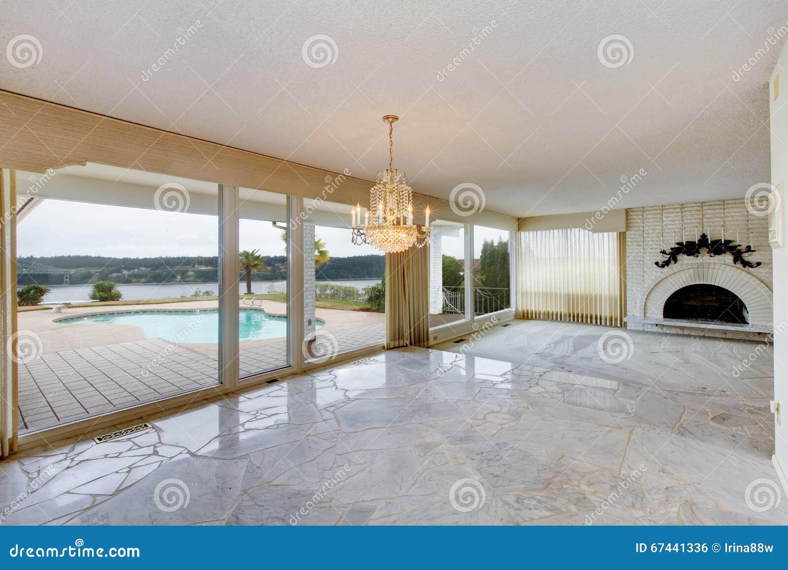 Marmer In Woonkamer : Grote luxe lege woonkamer met witte marmeren vloer grote wi stock
