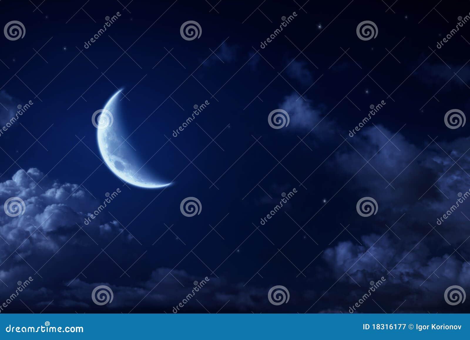 Grote maan en sterren in een bewolkte nacht blauwe hemel