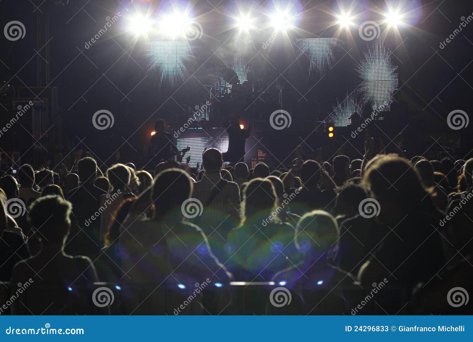 Grote menigte bij een rotsoverleg
