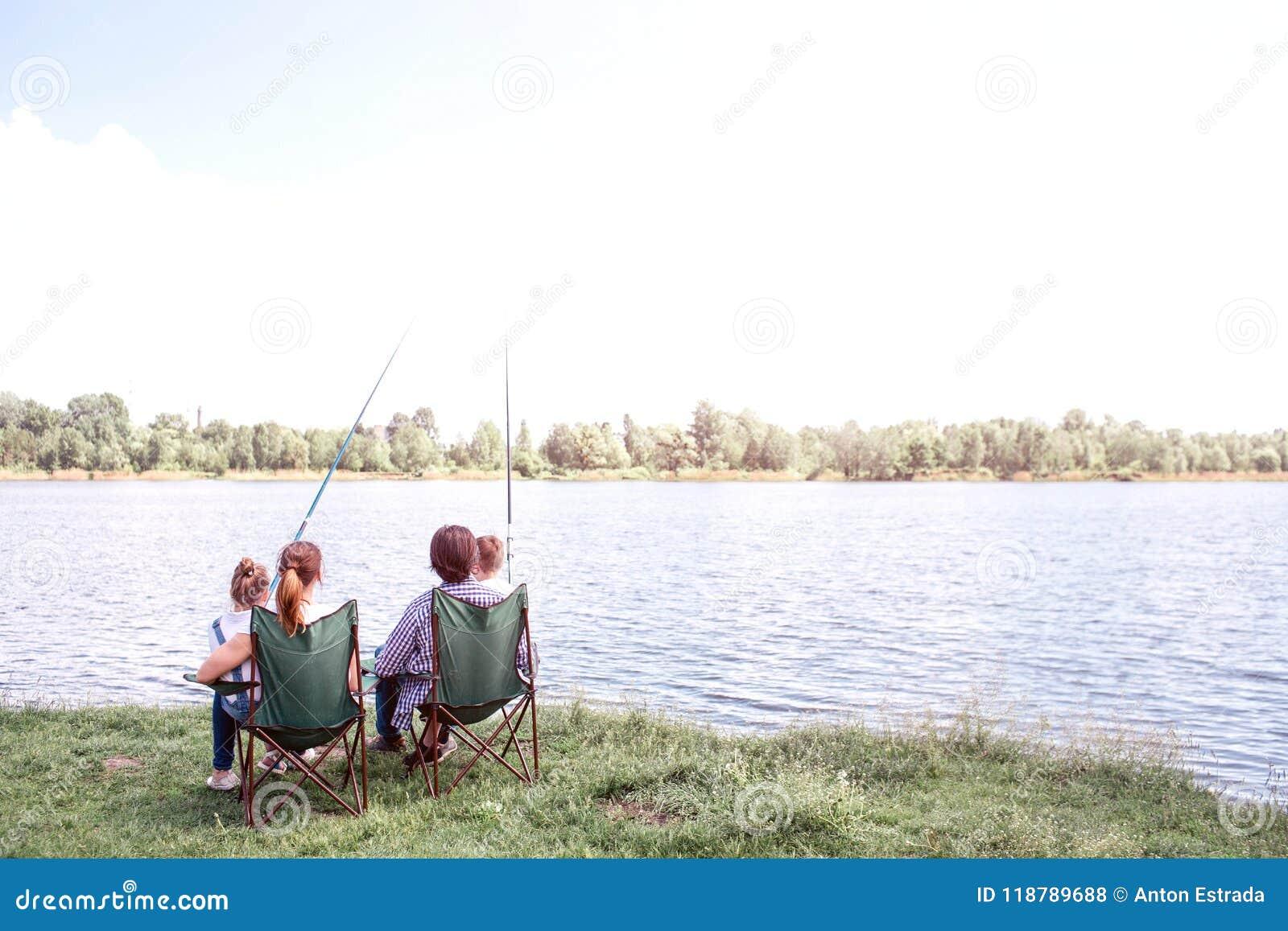 Grote mening van het grote rivier stromen Er zijn een familiezitting door zijn kust en het genieten van het van ogenblik Zij houd