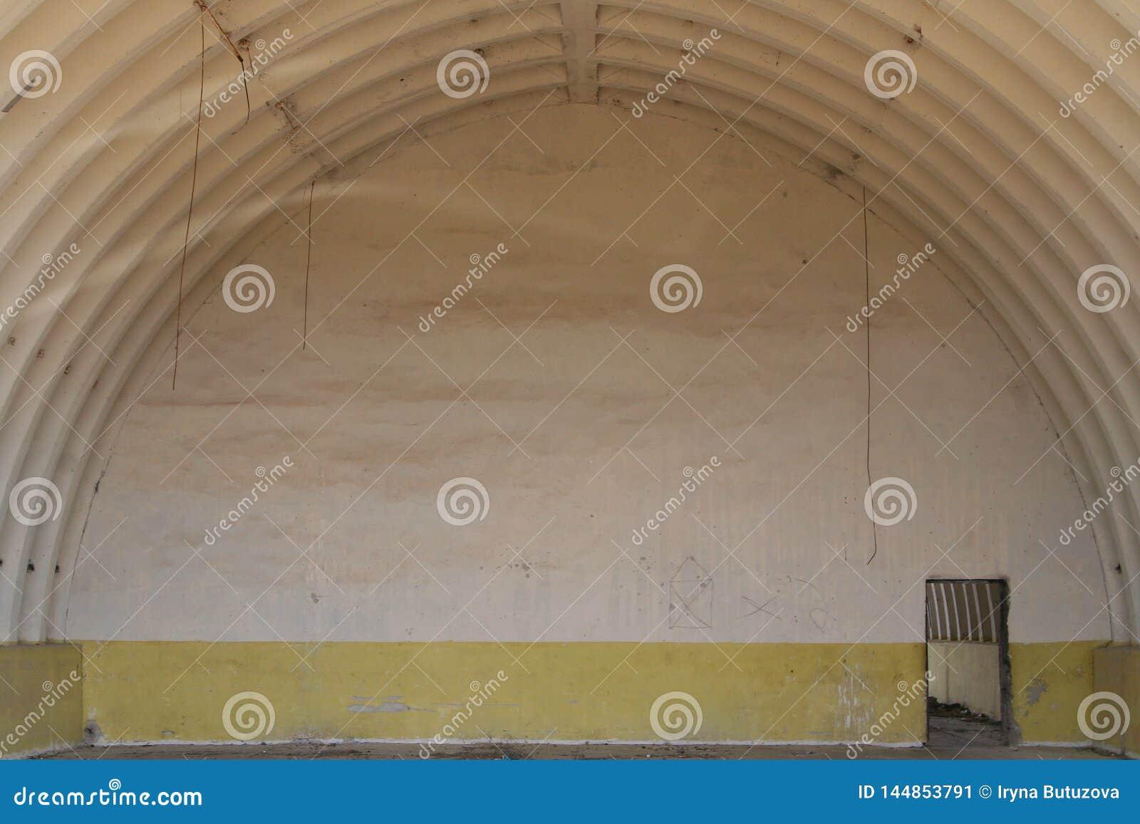 Grote militaire hangaar Verlaten lege ruimte