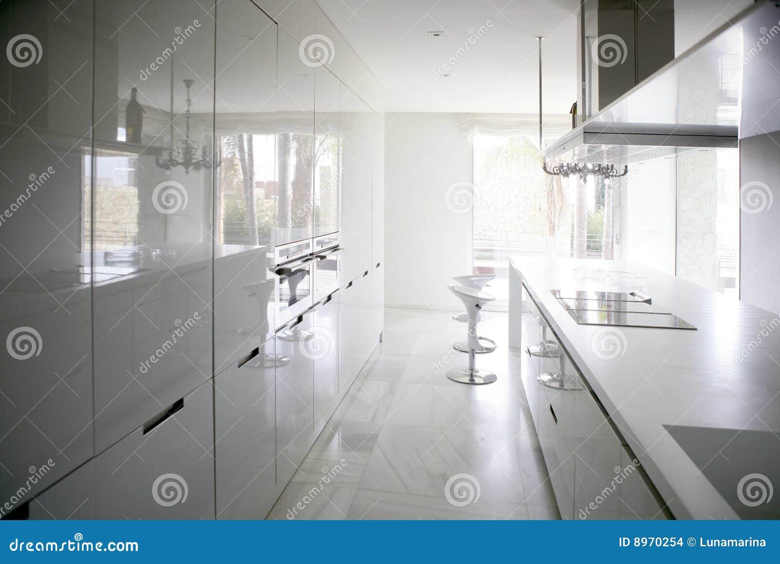 Grote moderne eigentijdse witte keuken stock afbeeldingen ...