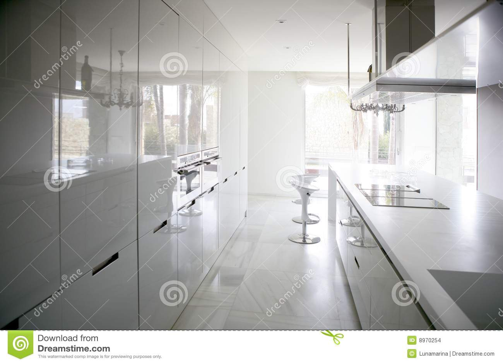 Grote moderne eigentijdse witte keuken stock foto afbeelding