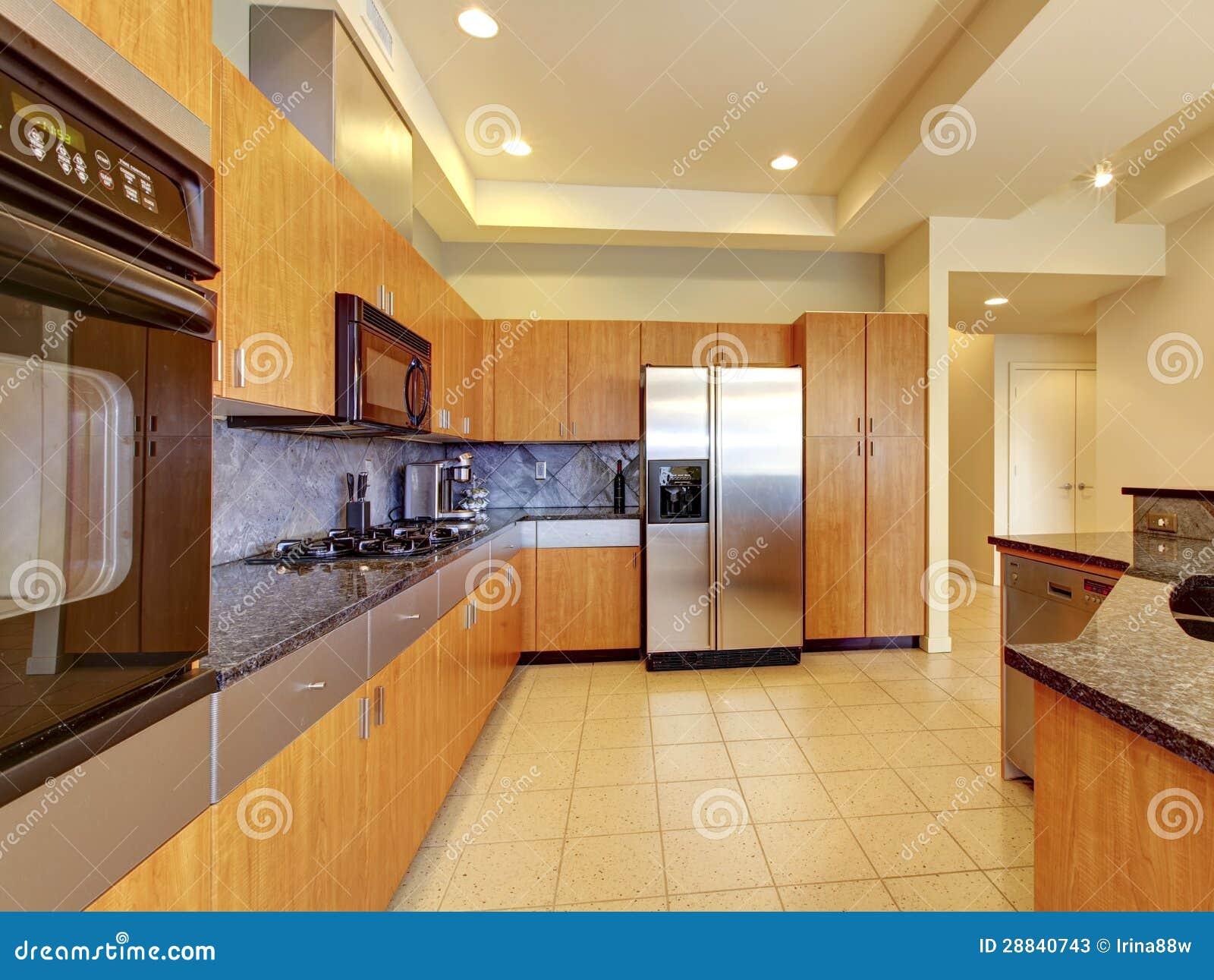 Grote Moderne Houten Keuken Met Woonkamer En Hoog Plafond. Stock ...