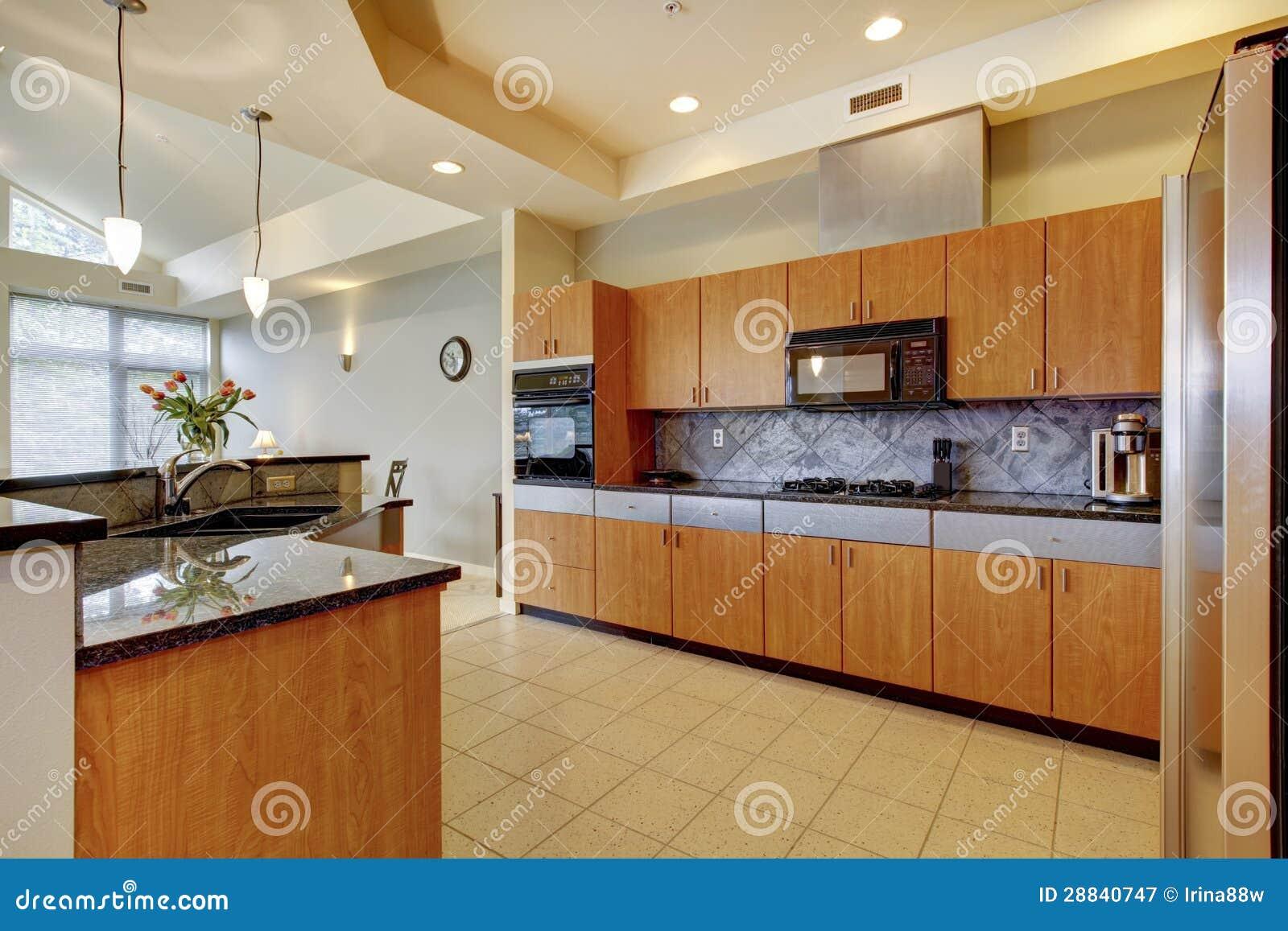 Grote moderne houten keuken met woonkamer en hoog plafond.