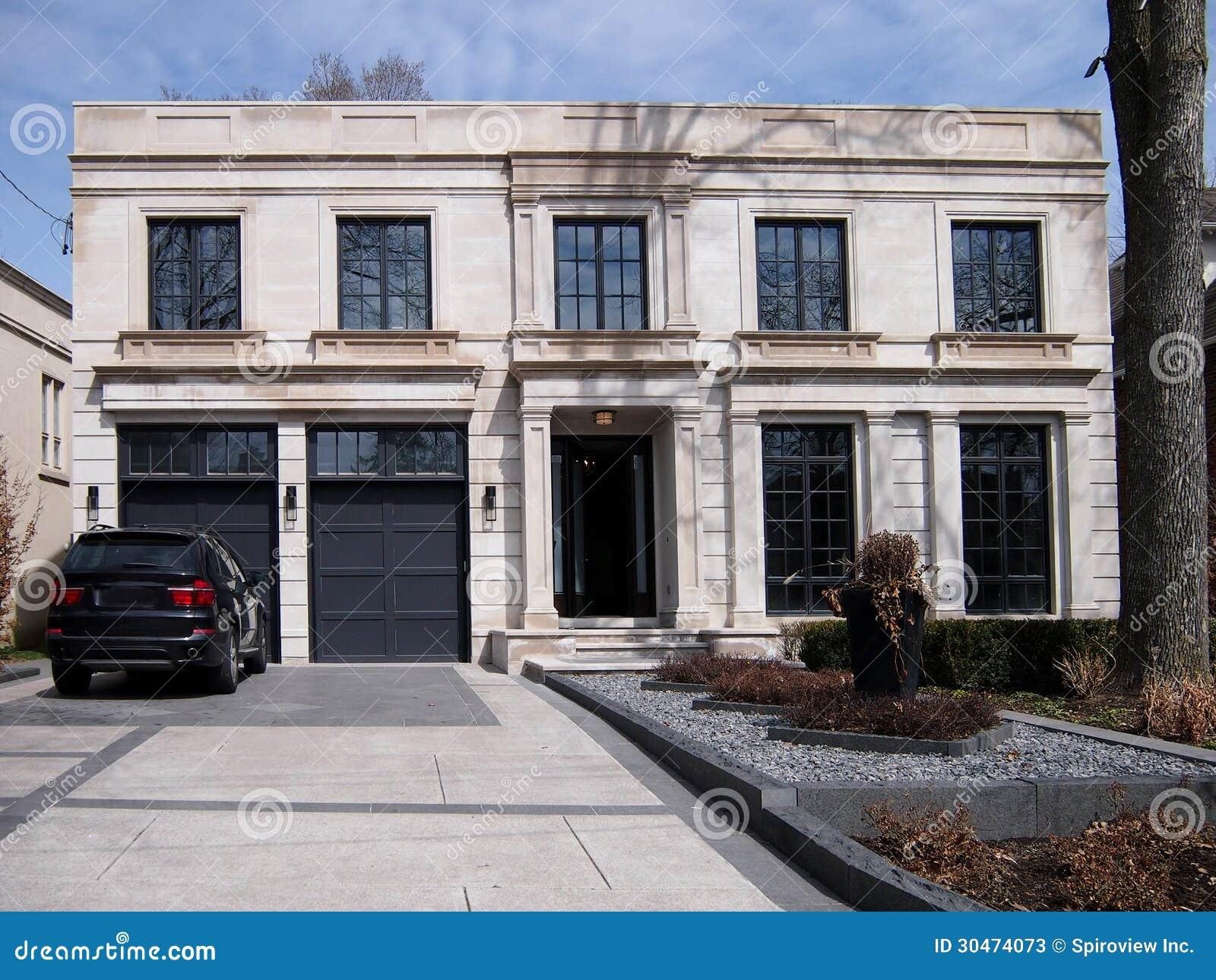 Grote moderne huis en oprijlaan stock afbeelding afbeelding