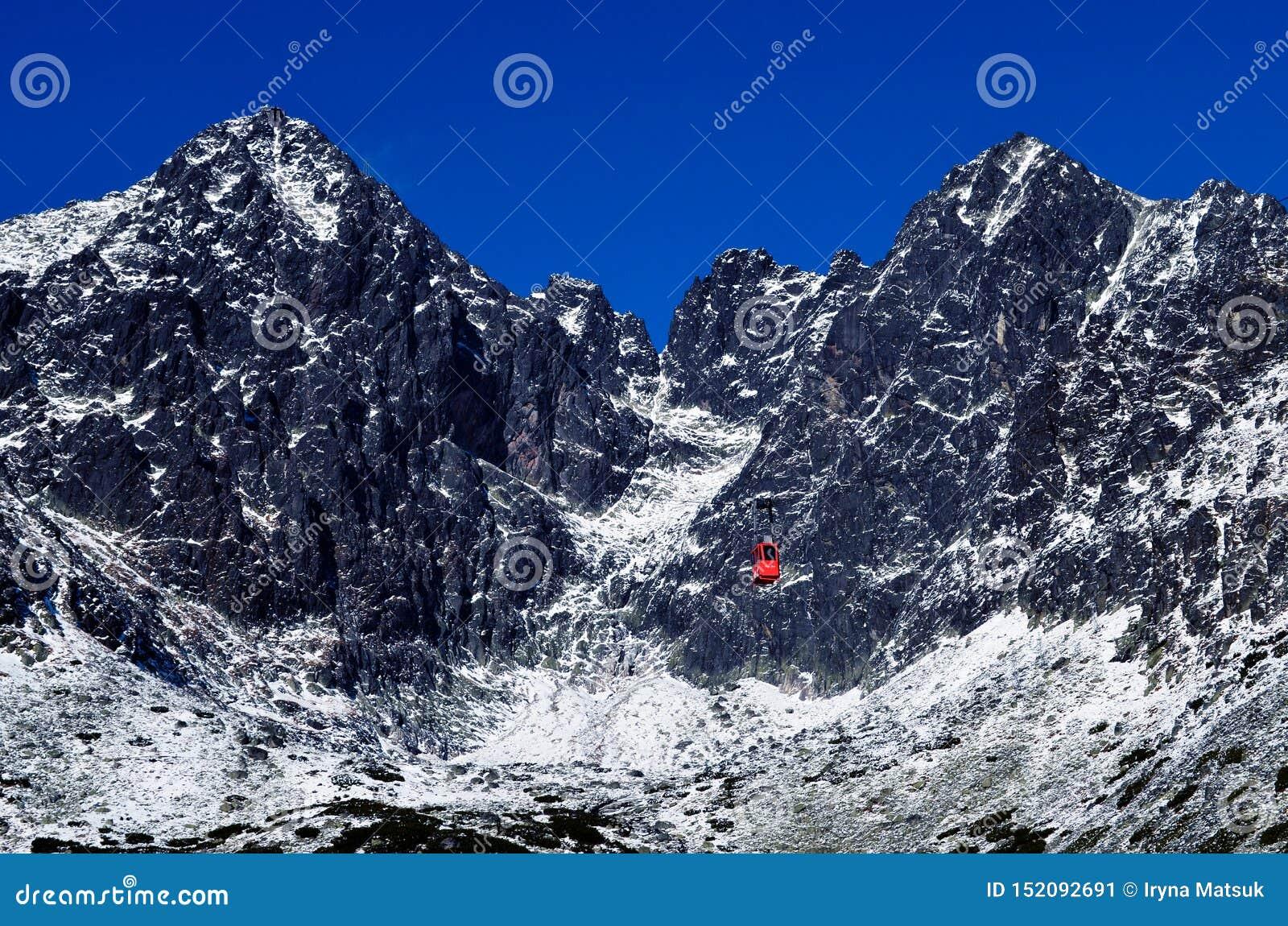 Grote mooie mooie bergen in de sneeuw