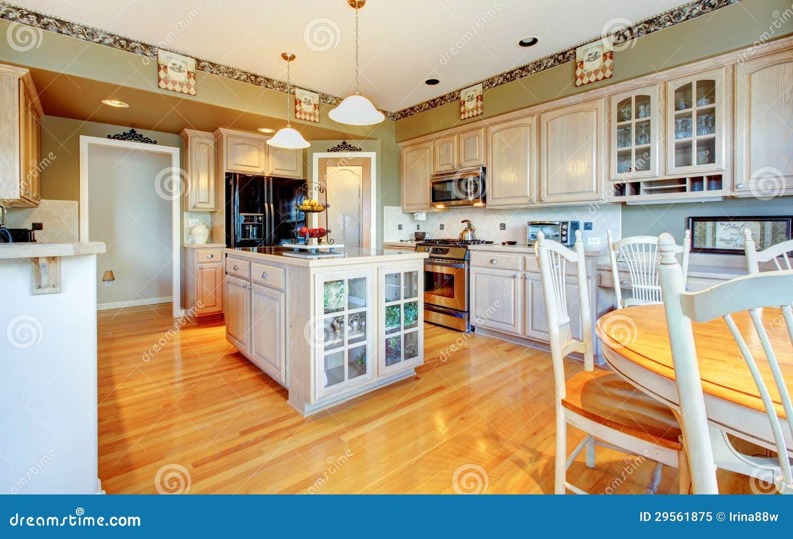 Grote mooie witte keuken met hardhoutvloer en groene muren royalty vrije stock foto - Groene en witte keuken ...