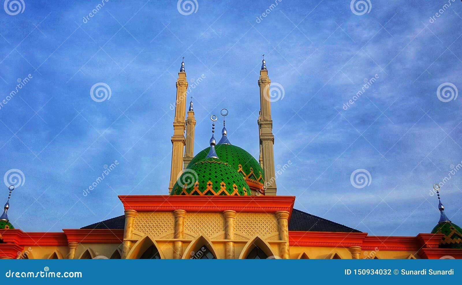 Grote moskee met groene koepel