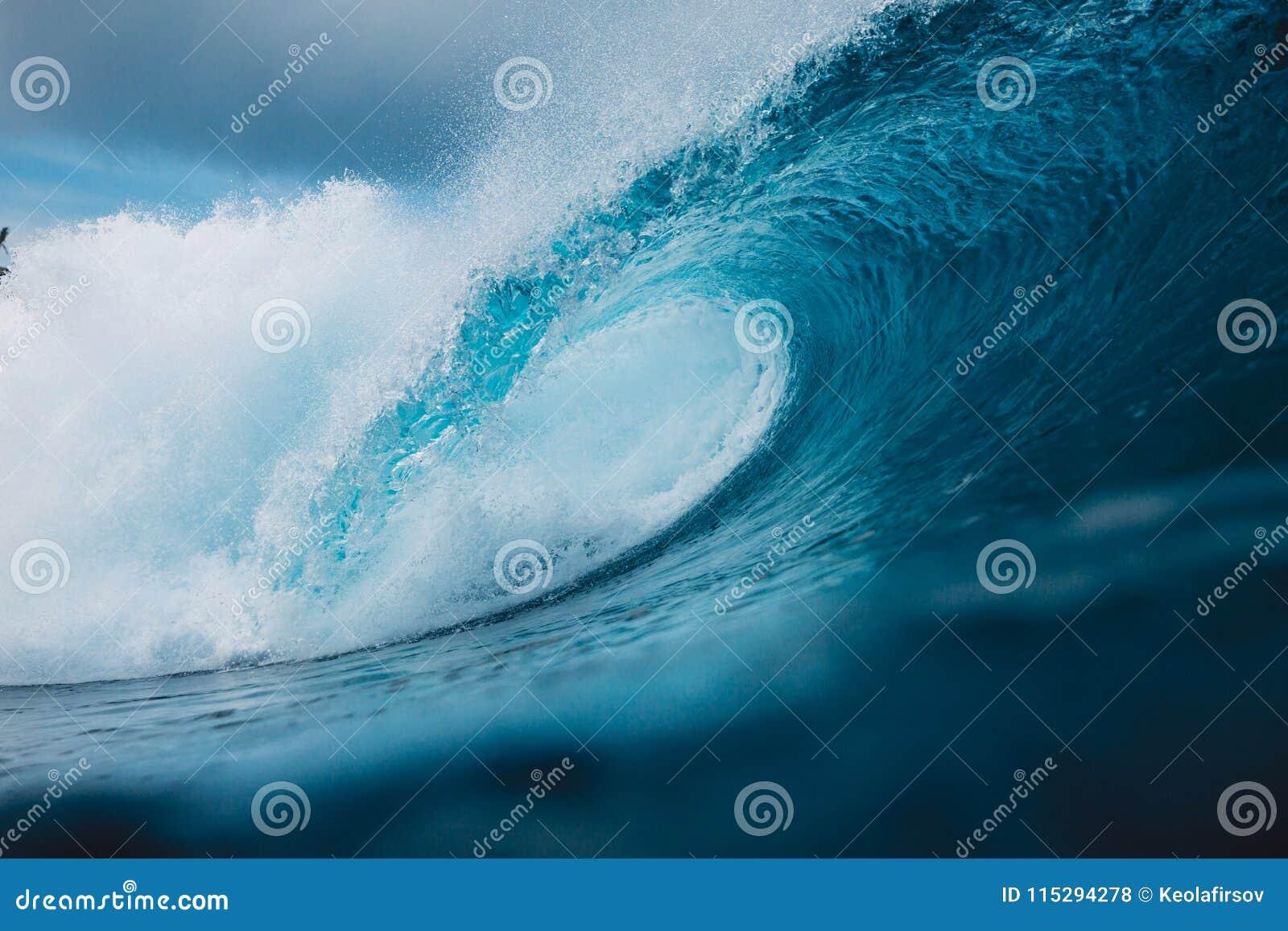 Grote oceaan blauwe golf Brekende vatgolf