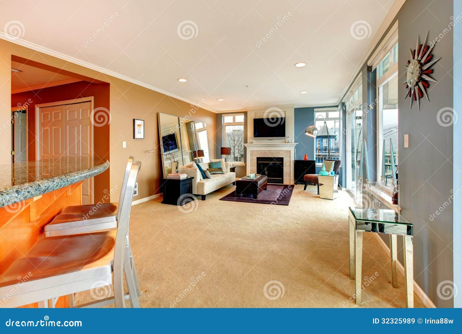 Grote open bochtenwoonkamer met open haard tv en modern meubilair royalty vrije stock - Meubilair tv industrie ...