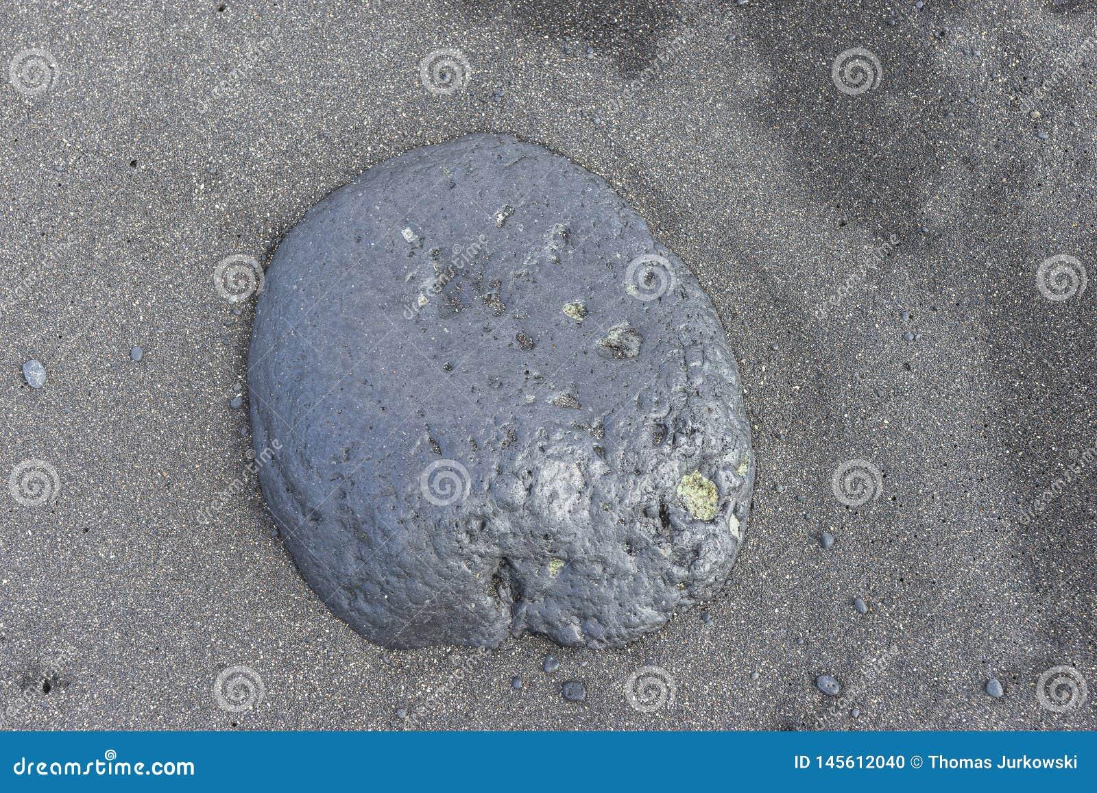 Grote rots op het strand