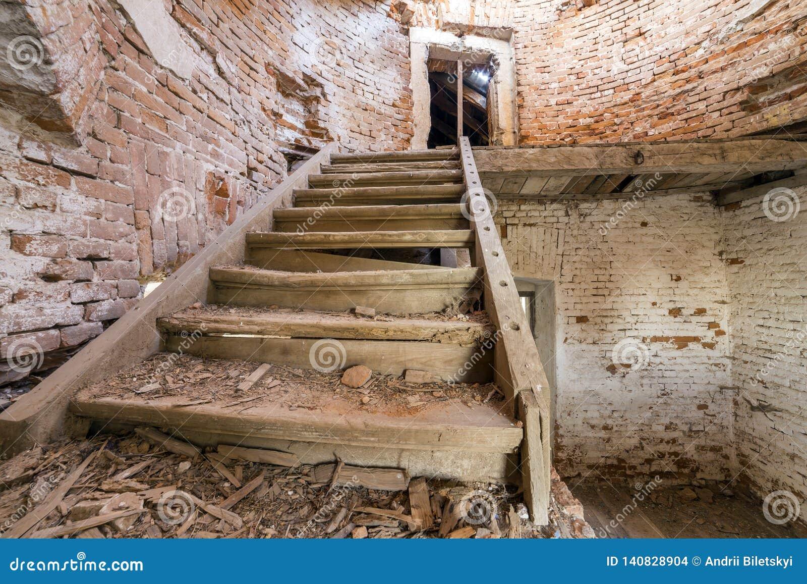 Grote ruime achtergelatene lege kelderverdiepingsruimte van de oud bouw of paleis met gebarsten gepleisterde bakstenen muren, vui