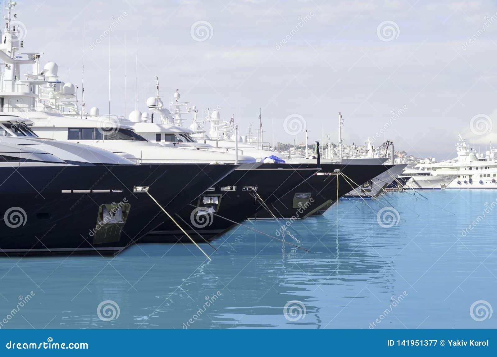 Grote schepen die de azuurblauwe haven navigeren
