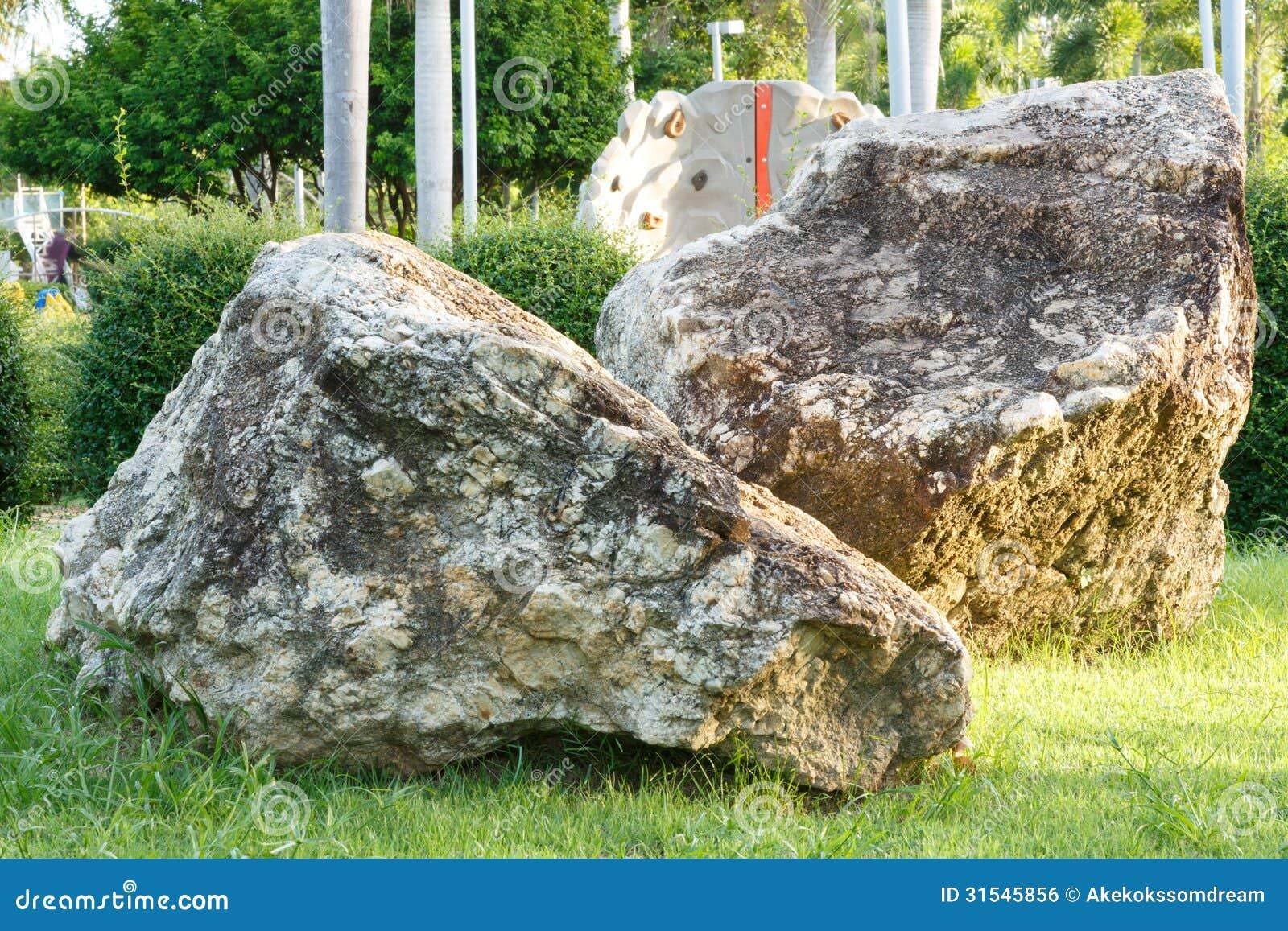 Grote steen en rots in tuin en park royalty vrije stock afbeelding afbeelding 31545856 - Tuin decoratie buitenkant ...