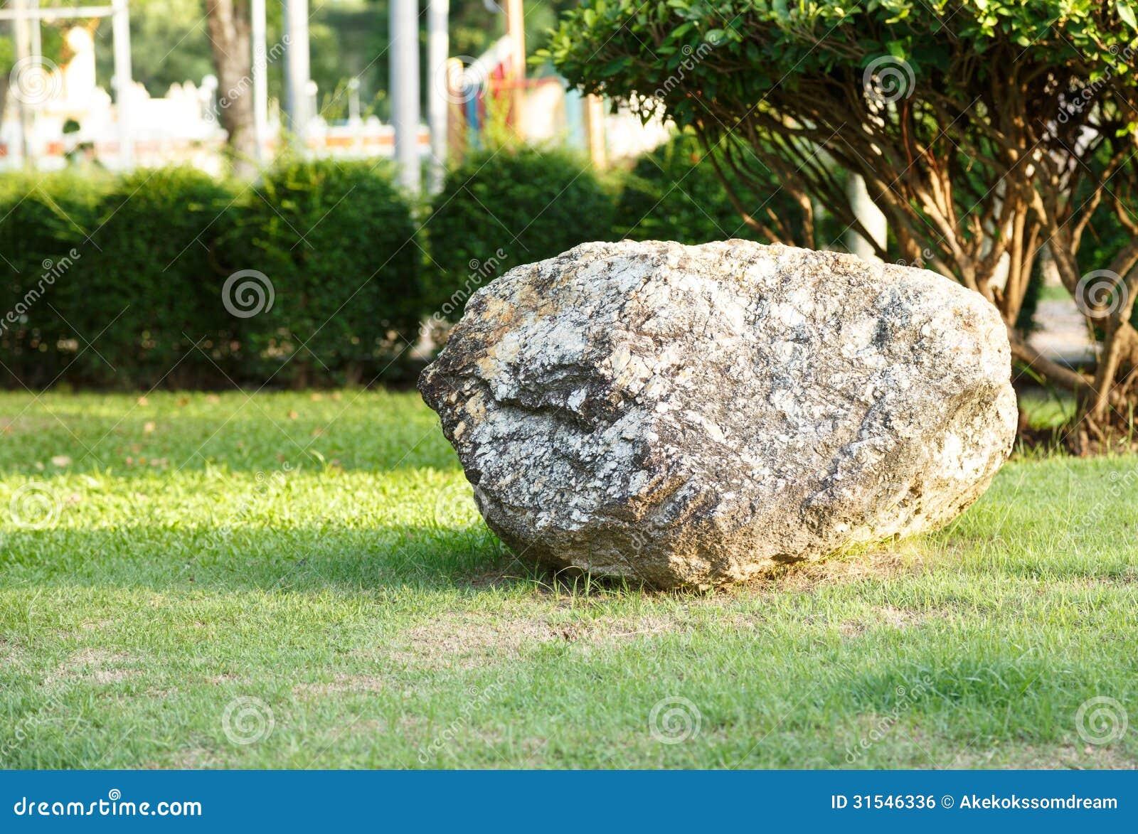 Grote steen en rots in tuin en park stock foto for Budas grandes para jardin
