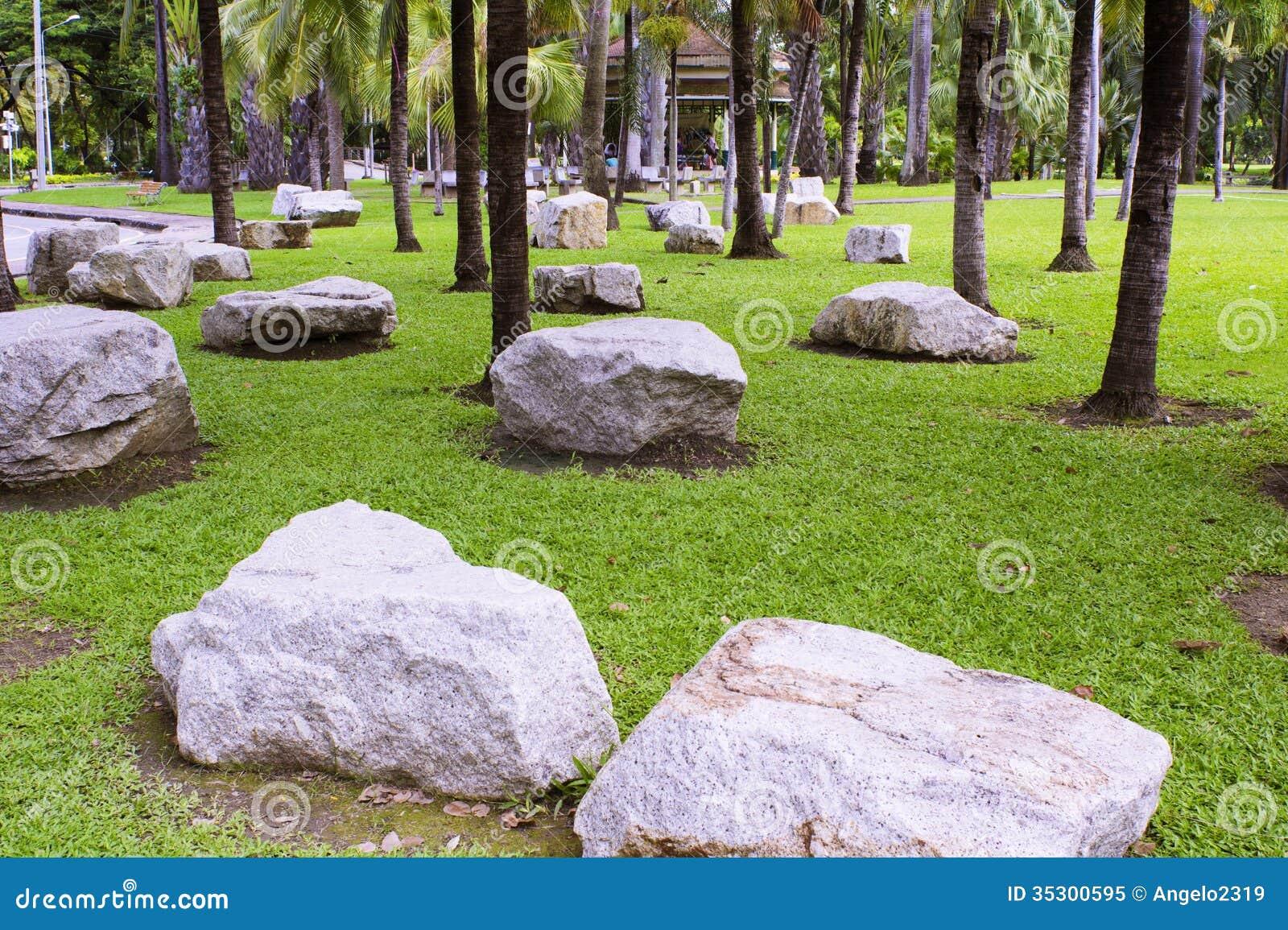 Grote stenen die in de tuin worden geplaatst royalty vrije stock foto afbeelding 35300595 - Decoratie stenen tuin ...