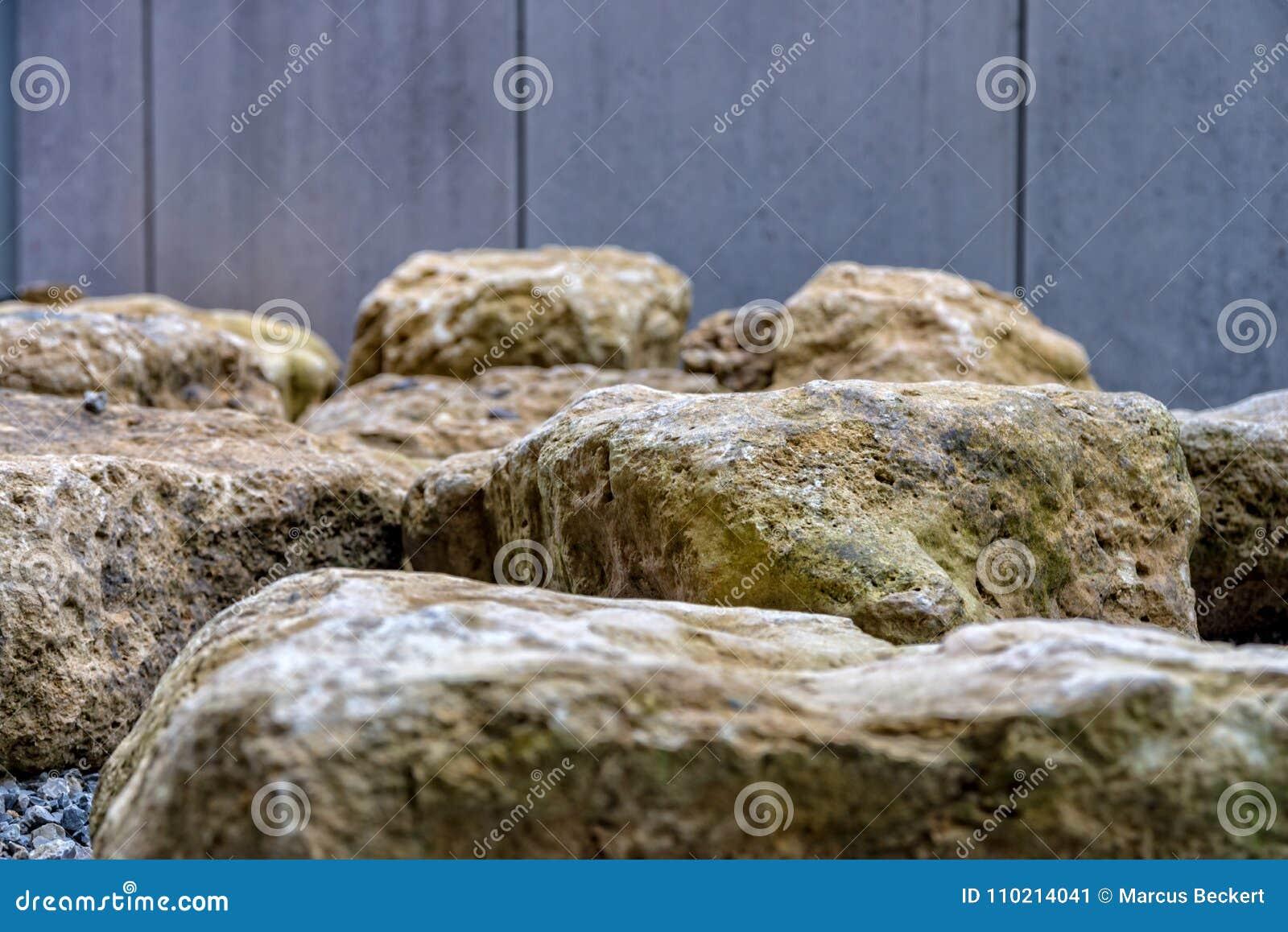 Grote stenen voor de bouw van een terras