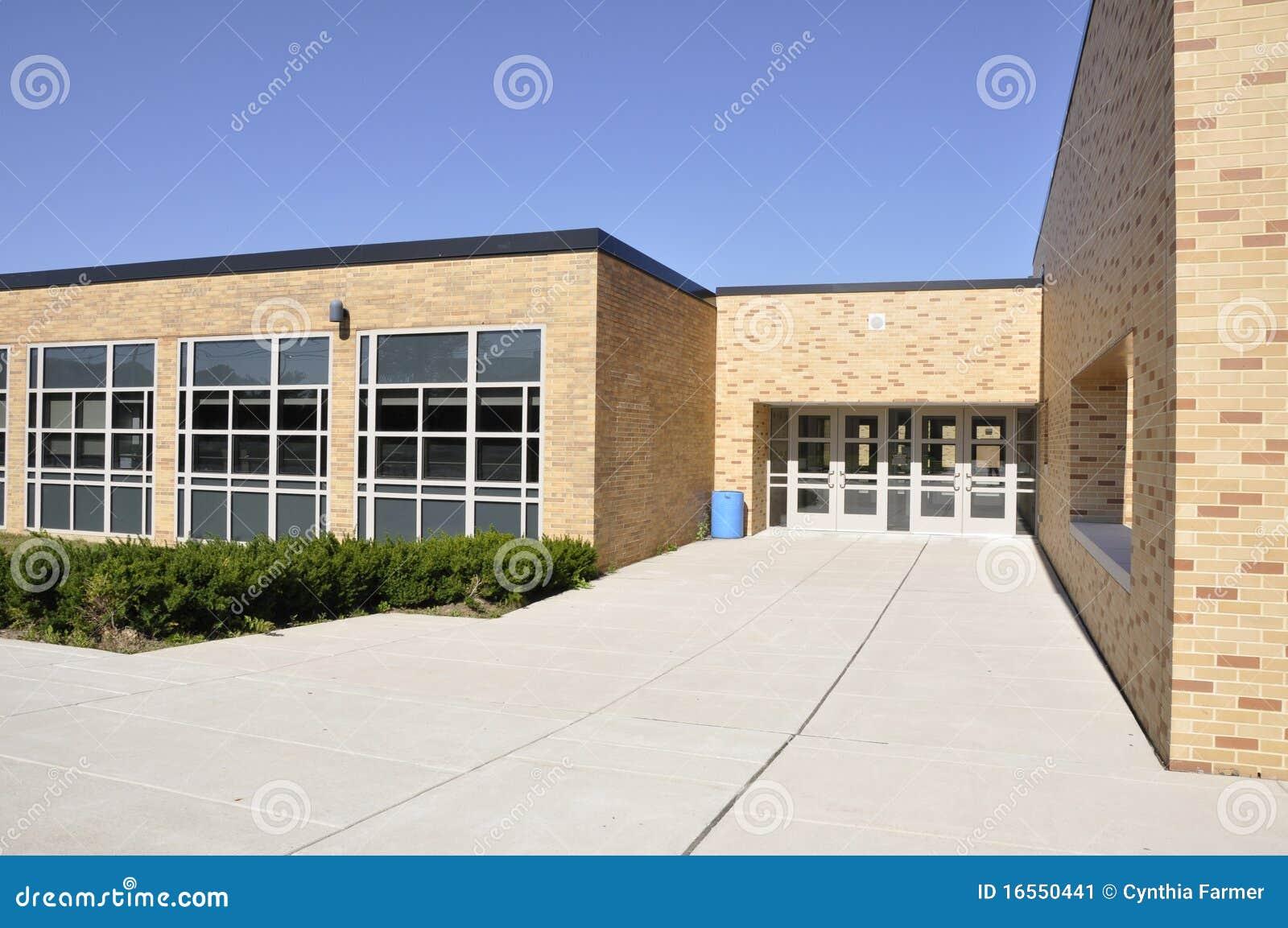 Grote stoep door de schoolbouw