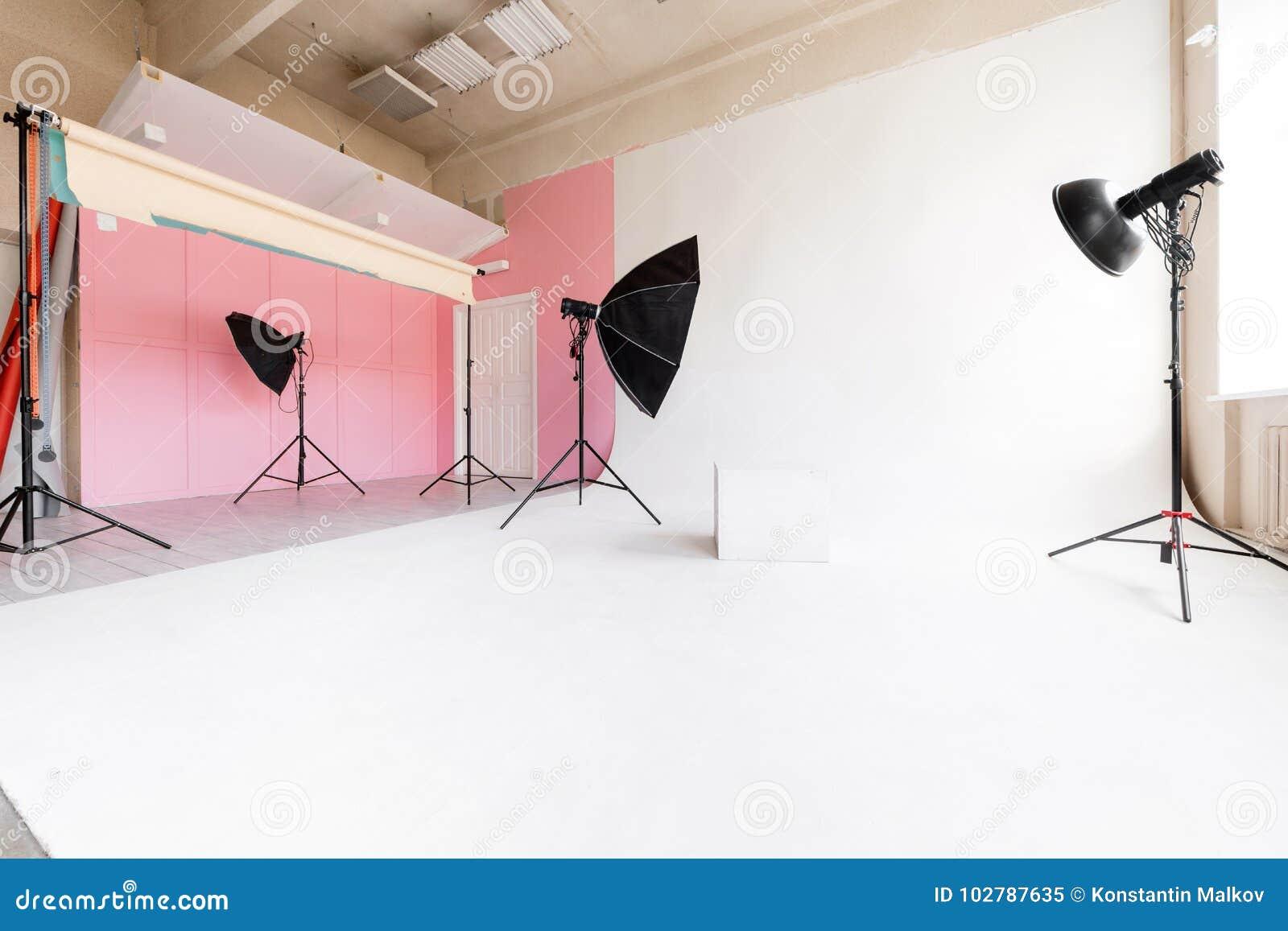 Grote studio ruimte witte cyclorama en natuurlijk licht van grote vensters verlichtingsmateriaal en flits