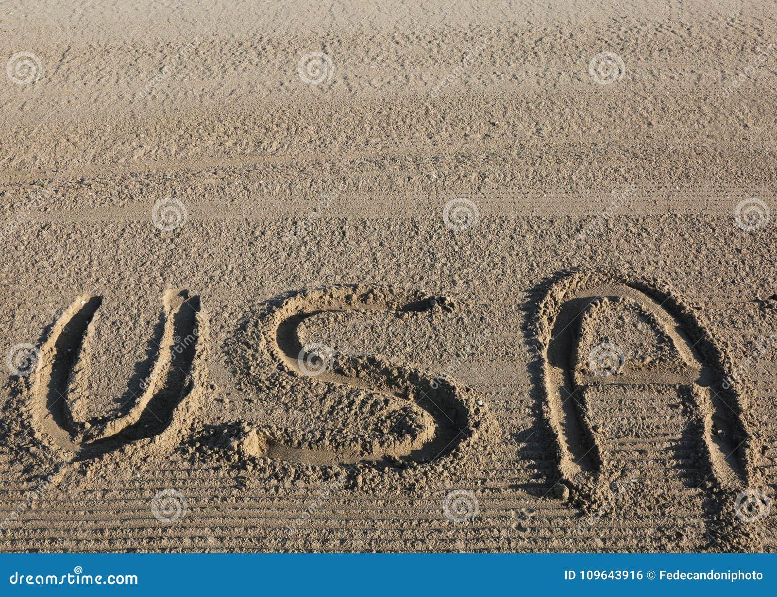 Grote tekst de V.S. de Verenigde Staten van Amerika op het zand van het strand