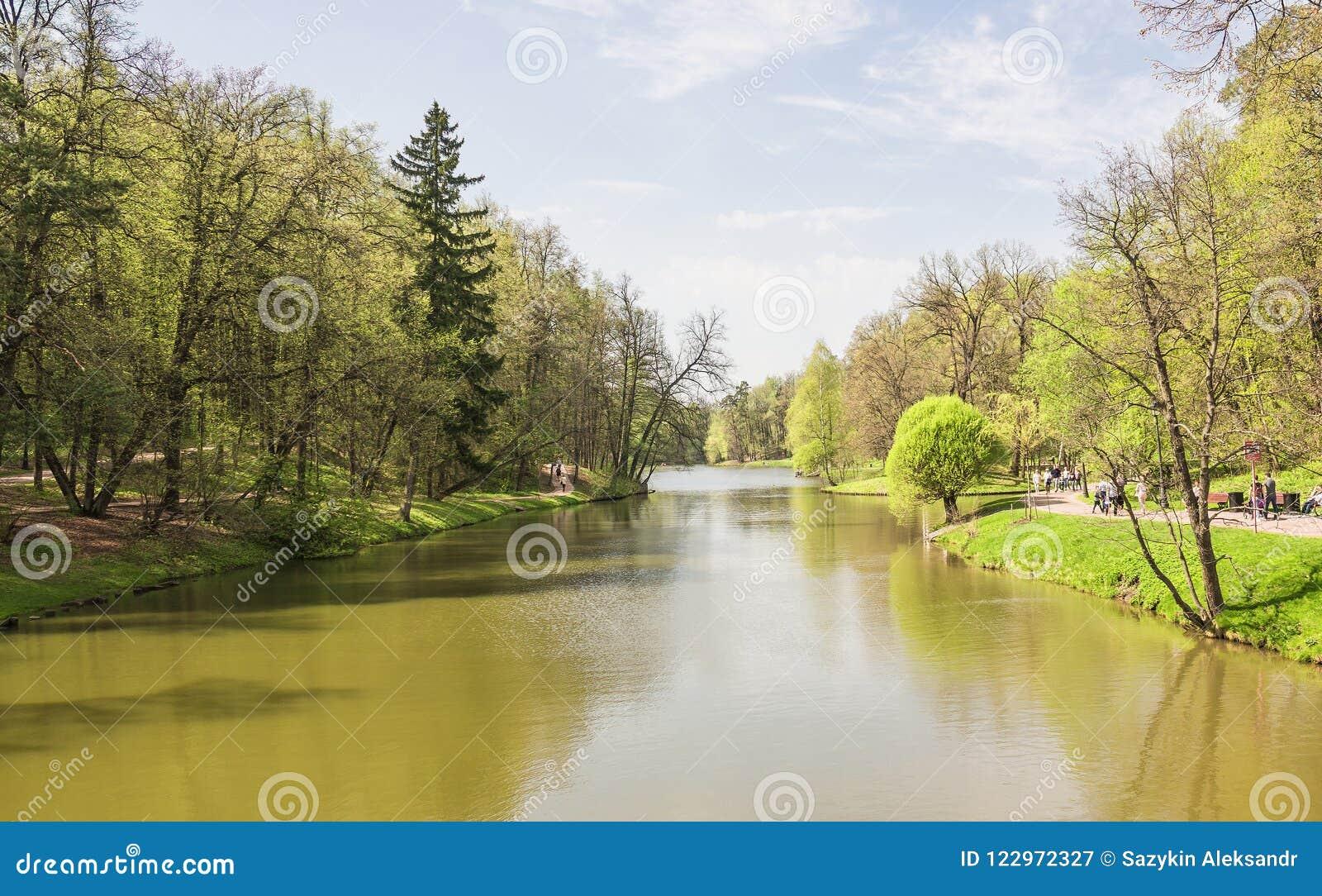 Grote Tsaritsyn-vijver op het landgoed Tsaritsyno Zuidelijk district moskou Russische Federatie