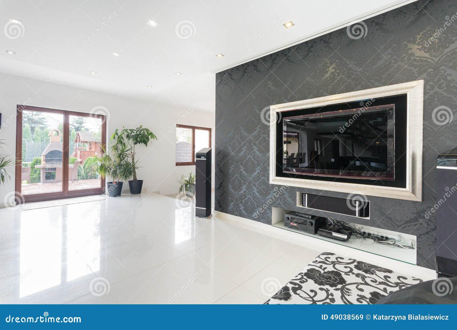 Grote TV in een woonkamer stock afbeelding. Afbeelding bestaande uit ...