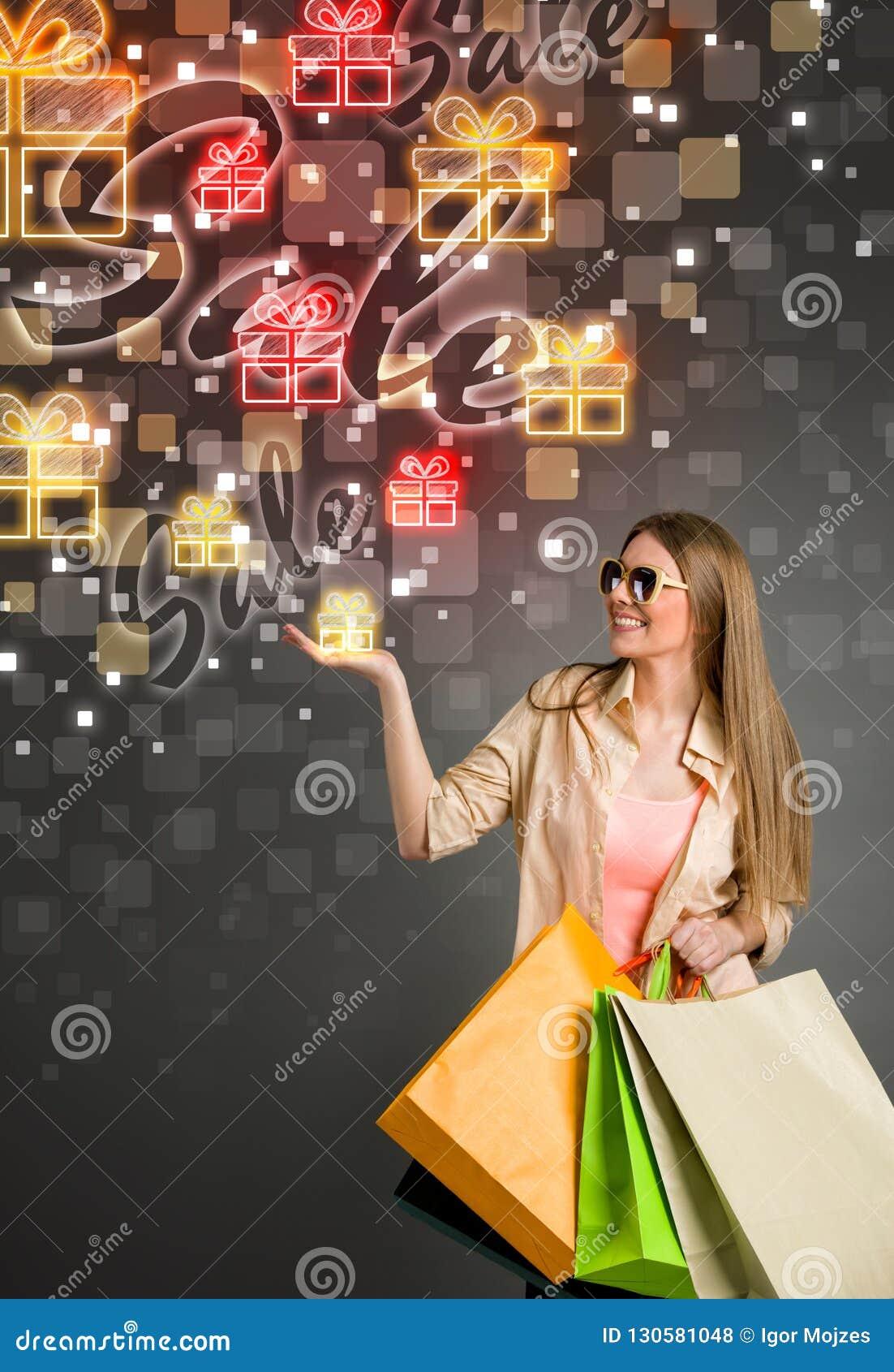 Grote verkoopgift en winkelende vrouw