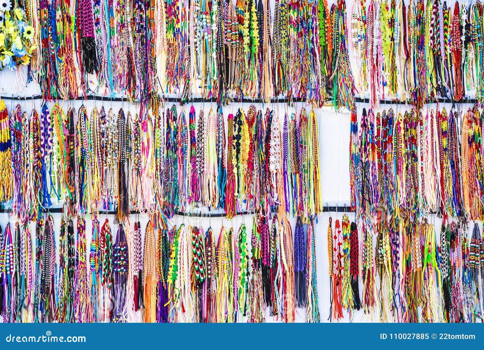 Grote verscheidenheid van veelkleurige armbanden in een herinneringswinkel