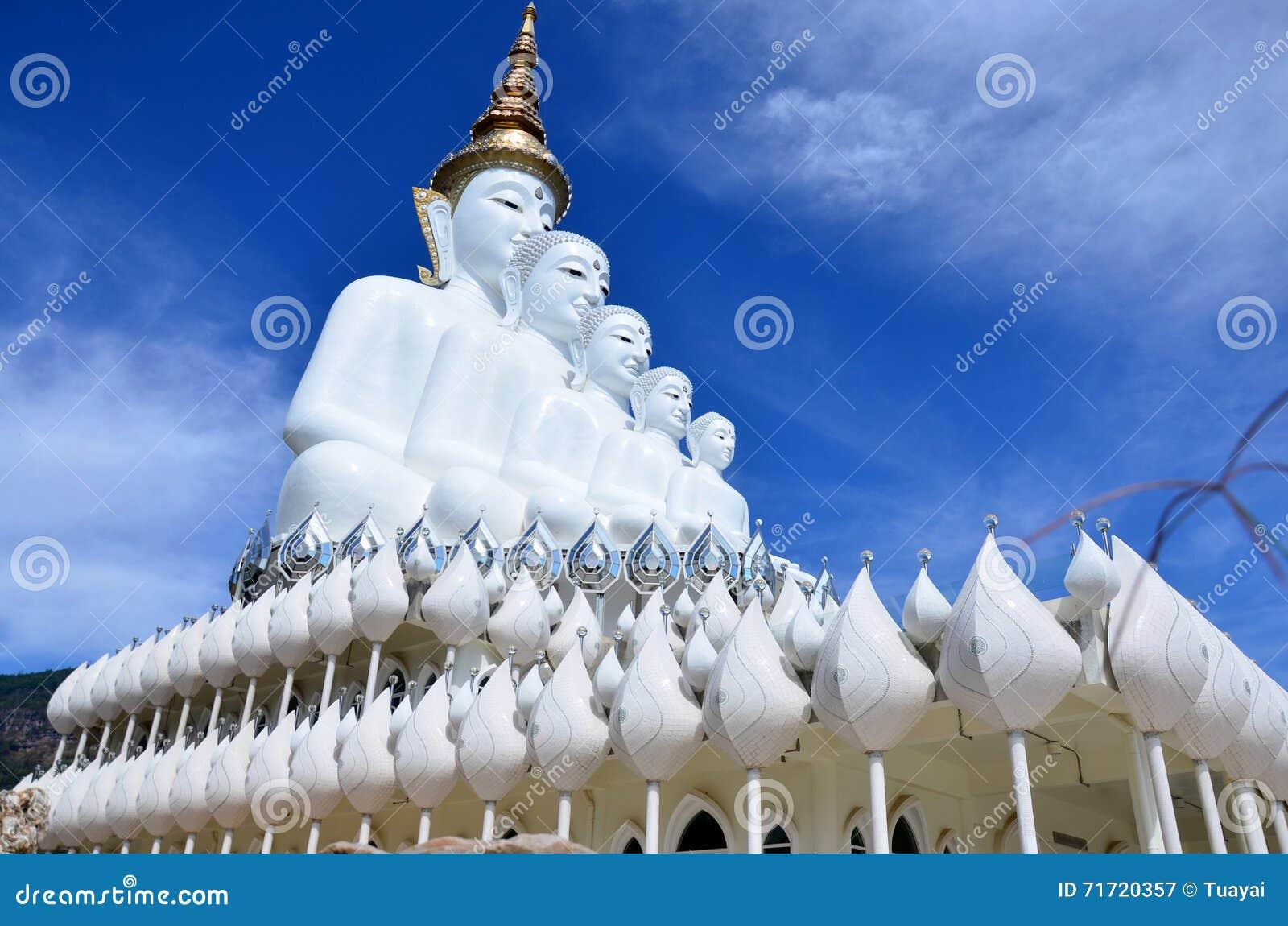 Grote vijf witte Boedha in Wat Pha Sorn Kaew in Phetchabun, Thaila