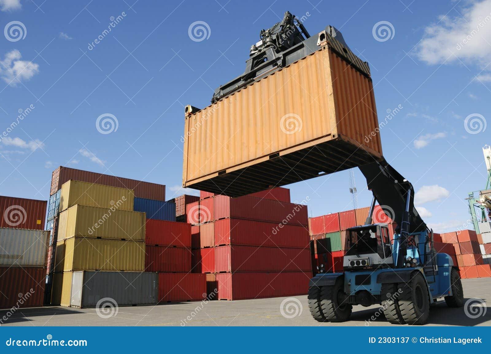 Grote vorkheftruck-vrachtwagen in haven