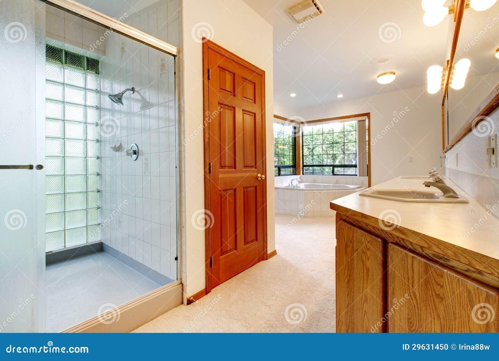 Grote Witte Badkamers Met Ton, Douche En Houten Kabinet. Stock Foto ...