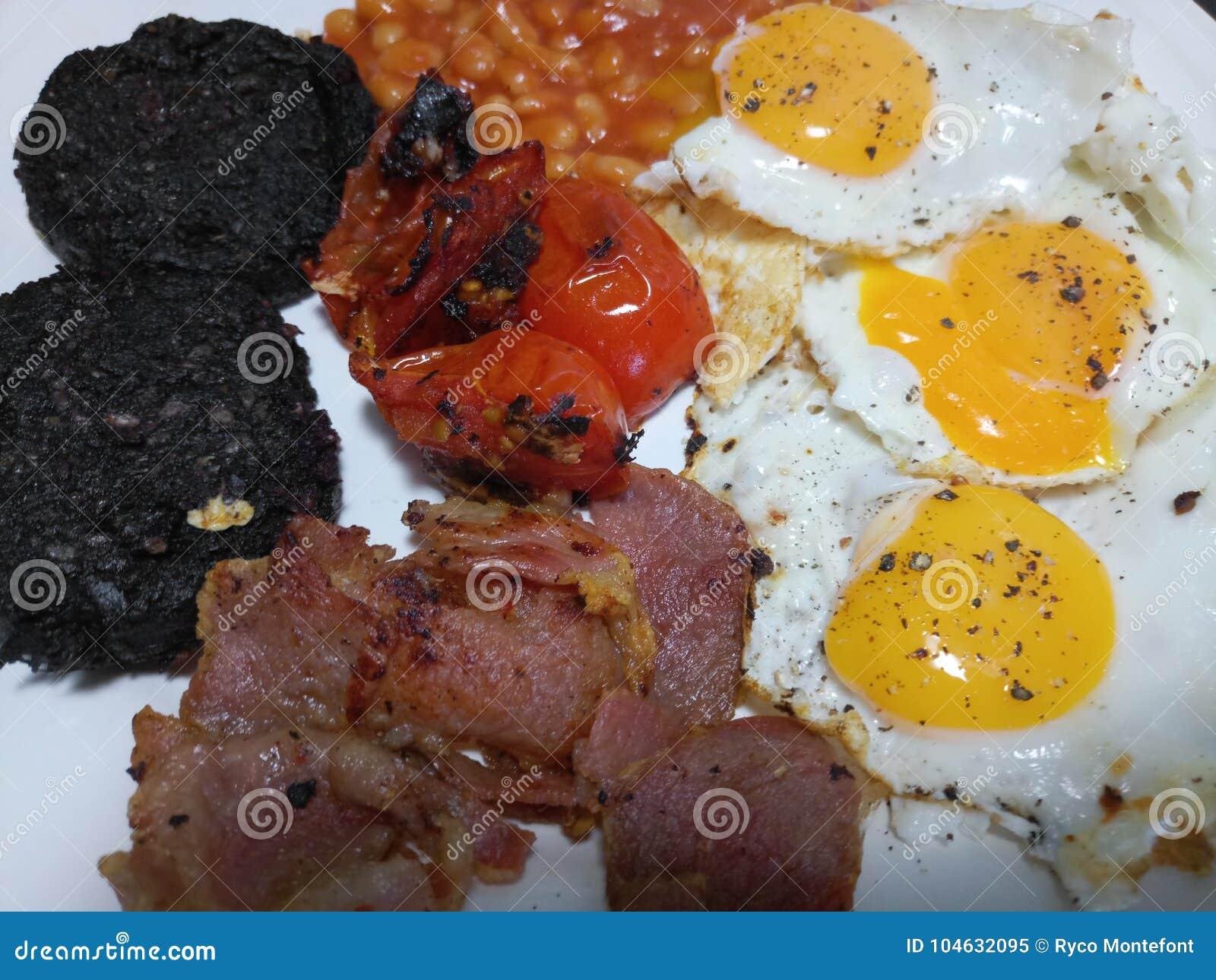 Download Grote Witte Die Plaat Met Een Hartelijk Engels Ontbijt Wordt Gediend Stock Afbeelding - Afbeelding bestaande uit vers, gekookt: 104632095