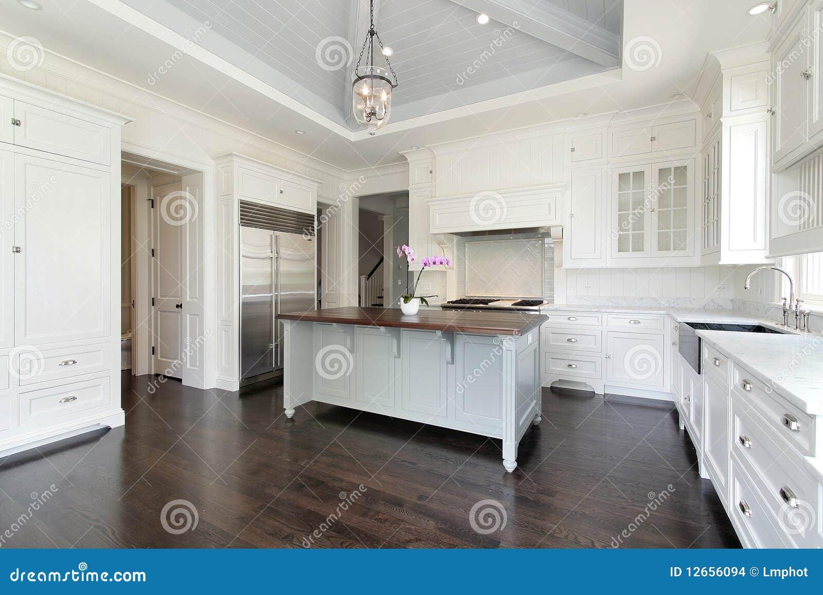 Grote witte keuken stock foto afbeelding bestaande uit diner 12656094 for Foto witte keuken