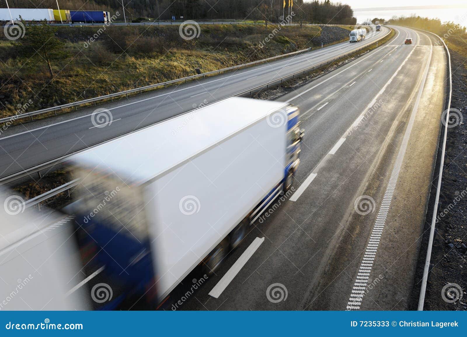 Grote witte vrachtwagen in beweging