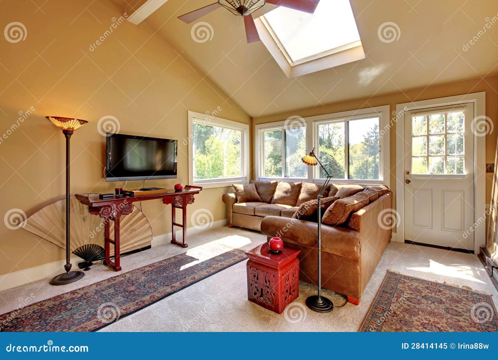 Grote woonkamer met bank, tv en bruine muren. royalty vrije stock ...