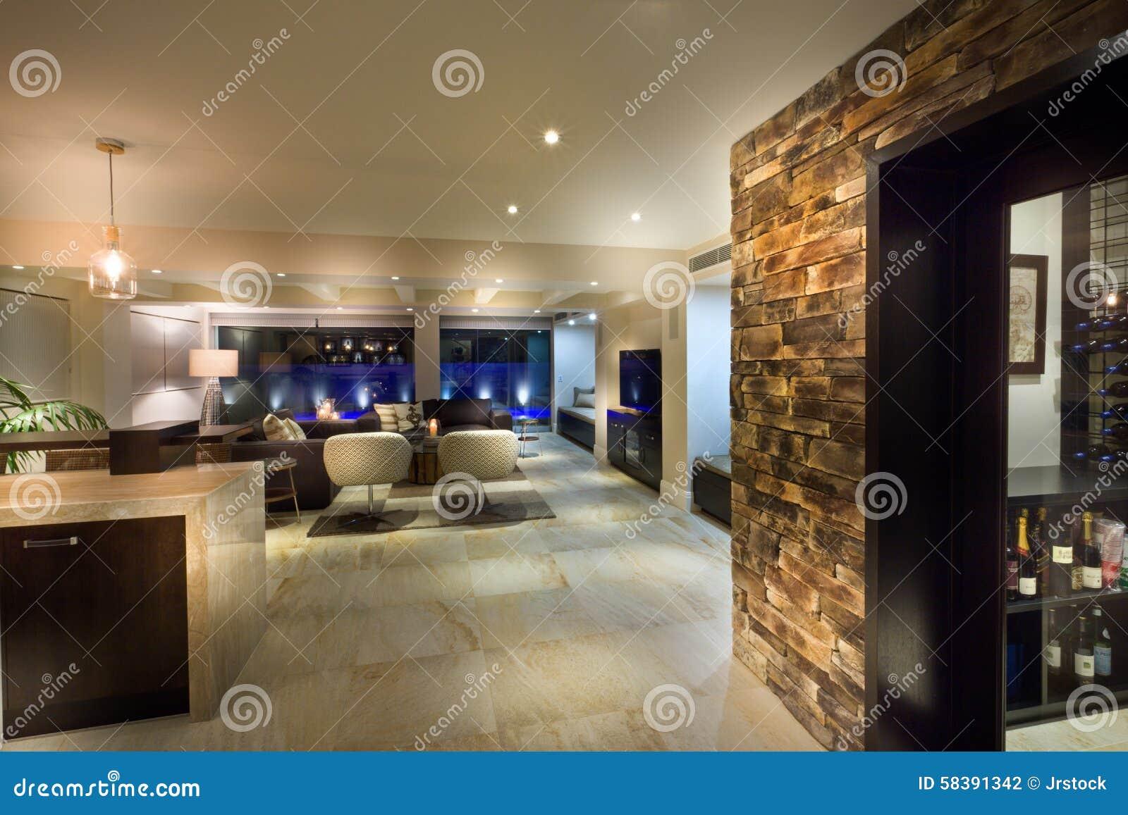Grote woonkamer met een wijnkelder stock foto afbeelding bestaande