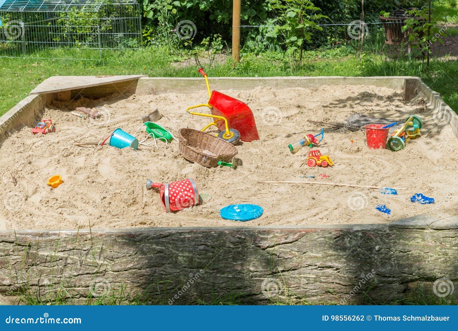 nieuw goedkoop arriveert halve prijs Grote Zandbak Met Veel Speelgoed In Een Tuin Stock Foto ...