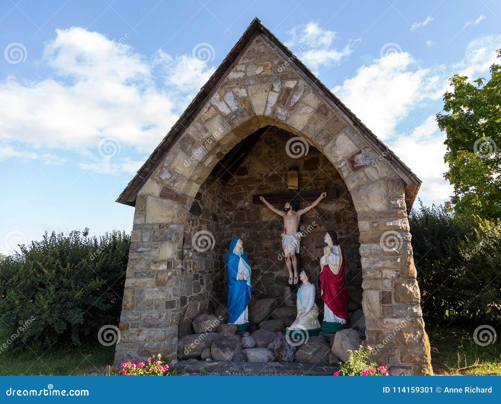Grotto πετρών τομέων calvary με τα αγάλματα της ιερής οικογένειας