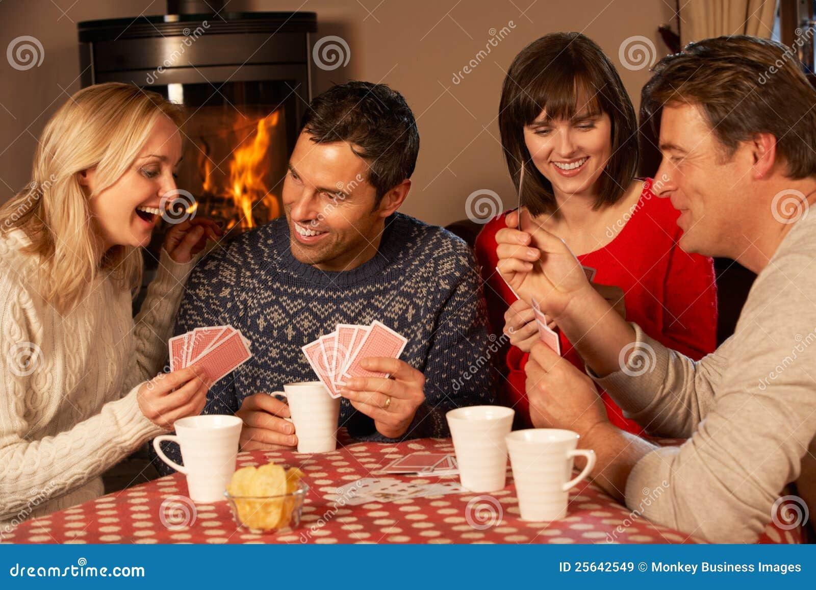 Супружеские пары играют в карты 0 фотография