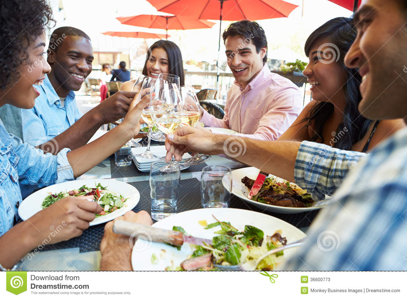 Group of friends enjoying meal at outdoor restaurant stock for Repas vite fait entre amis