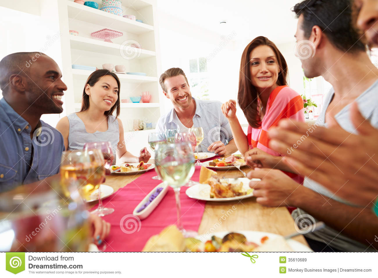 Group of friends sitting around table having dinner party for Lunch entre amis